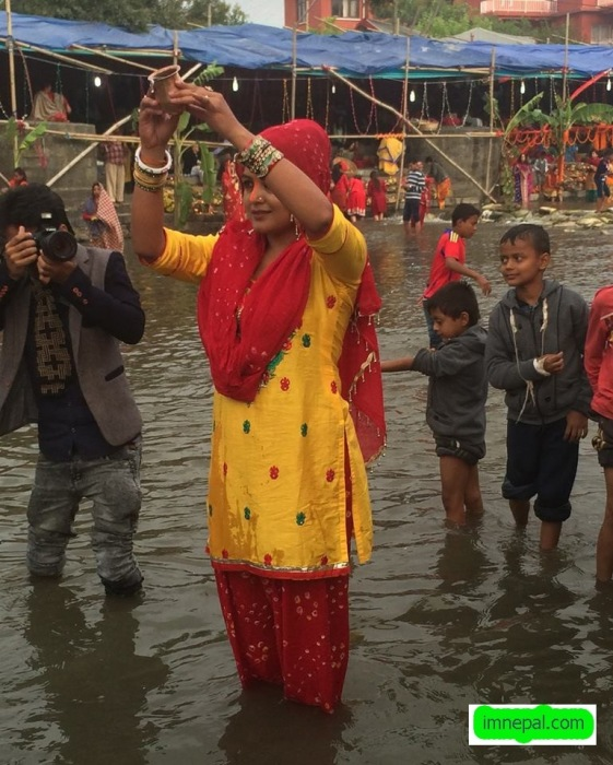Rekha Thapa Nepal Actress Chhath Puja Celebration Photos Image Pictures in Bagmati River Kathmandu Nepal (3)