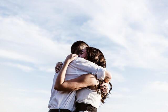 hug boyfriend girlfriend
